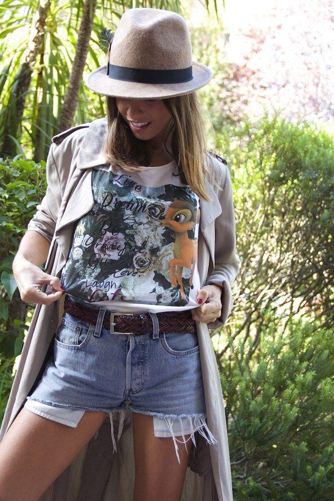 Gabardina/trench: Zara (ss'14). Camiseta/t-shirt: Dear Tee (fw'14-'15). Shorts: Levi's. Cinturón/belt: Zara (fw'14-'15). Botas/booties: Hunter (AQUÍ/HERE). Bolso…
