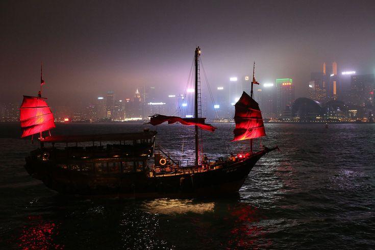 Der zweite Reisebericht unserer Hongkong-Reise. Diesmal: wenn die Nacht zum Tag wird. Ein etwas abgedroschener Satz – der im Falle der chinesischen Metropole aber nicht passender sei könnte. GANBEI! #trip #travel #tour #reise #abenteuer #reiselust #reiseblogger #travelblog #travelgram #instatravel    Article: Johannes  Photo: Schoenhaesslich  Link: http://schoenhaesslich.de/2017/hongkong-bei-nacht/