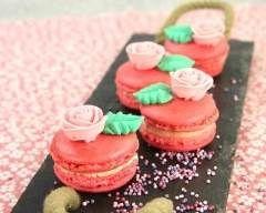Macarons à la rose et au chocolat blanc, roses en sucre - Une recette CuisineAZ