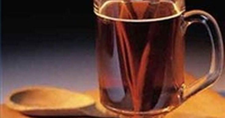 Cómo hacer un ponche caliente para tratar un resfriado, gripe, dolor de garganta o la tos. Un ponche es una bebida mezclada que busca ayudar a conciliar el sueño o superar una leve molestia. Aunque puede no ser tan eficaz, se puede hacer sin alcohol. Los demás componentes pueden ser suficientes para calmar un dolor de garganta y la tos.