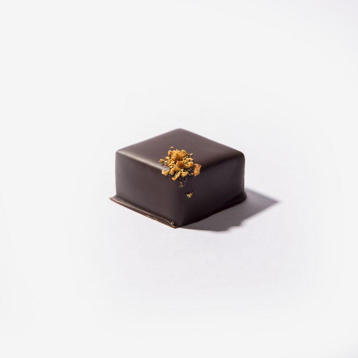 Delicado bombón de corte con ganache elaborado con flor de #azahar de Sevilla y chocolate negro al 55% Solo en @PuroChocolate! #chocolate #cacaco #premium #purochocolate