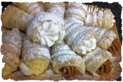 Cañoncitos de hojaldre rellenos de crema chantilly, o pastelera o dulce de leche