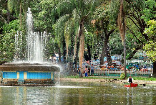 """O Parque Municipal Américo Reneé Giannetti é o patrimônio mais antigo de Belo Horizonte e possui diversas espécies de árvores nativas, além de uma grande fauna silvestre. Com uma paisagem natural e agradável, o parque é uma excelente opção de lazer para uso gratuito de brinquedos, equipamentos de ginástica, pista de caminhada, quadra poliesportiva, pista...<br /><a class=""""more-link""""…"""