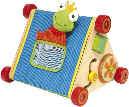 Das multifunktionelle Spielgefährt besteht aus zwei beidseitig verwendbaren, dreieckigen Spielbrettern, einem weichen Stoffbezug mit Spielfiguren und einem Tastspiel-Ball. Viele Lernspielideen: Drehscheibe, sich drehender Zylinder, Motorikschleife, Tastspielfenster, Kinderspiegel ... Beim Tastspiel sind verschiedene Gegenstände hinter dem weichen, runden Fenster zu ertasten und zu erraten. Ab 6 Monaten. Abmessungen (in mm): 285x240x215