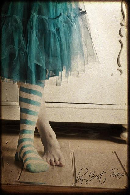 jupe en tulle et chaussettes rayées