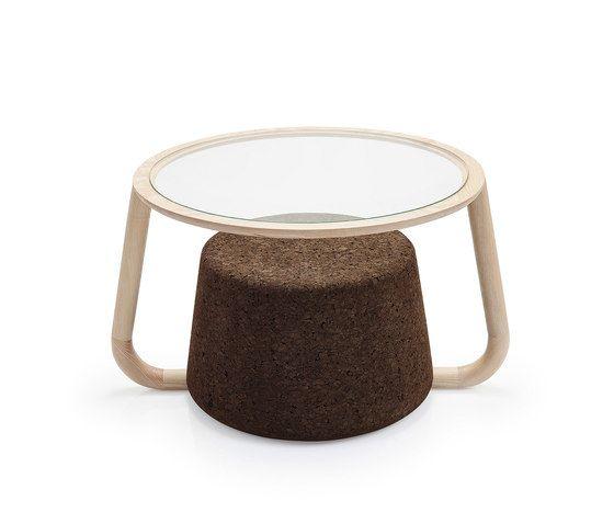 Naam: Ypsilon Table | Designer: Toni Grilo | Merk: Blackcork | Gelanceerd: 2016 | Land: Portugal | Afmetingen: L 88 x W 74 x H 50 cm | Materiaal: donkere kurk en essenhout | Prijs: €935,- Mijn mening: Dit product is heel ecologisch en duurzaam want het is van kurk gemaakt. De vorm vind ik heel uniek want het lijkt alsof er een soort krukje onder de tafel zit. Doordat je door het doorzichtige tafelblad kan kijken naar het donkere kurk krijg je meer diepte in het meubel.