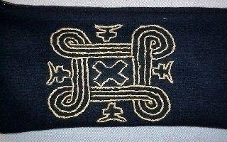 Kalevalan juhlavuoden kunniaksi. teimme Kalevala korujen innoittamana kirjontatöitä mustalle kankaalle kullan, pronssin ja hopean värisillä kirjontalangalla.