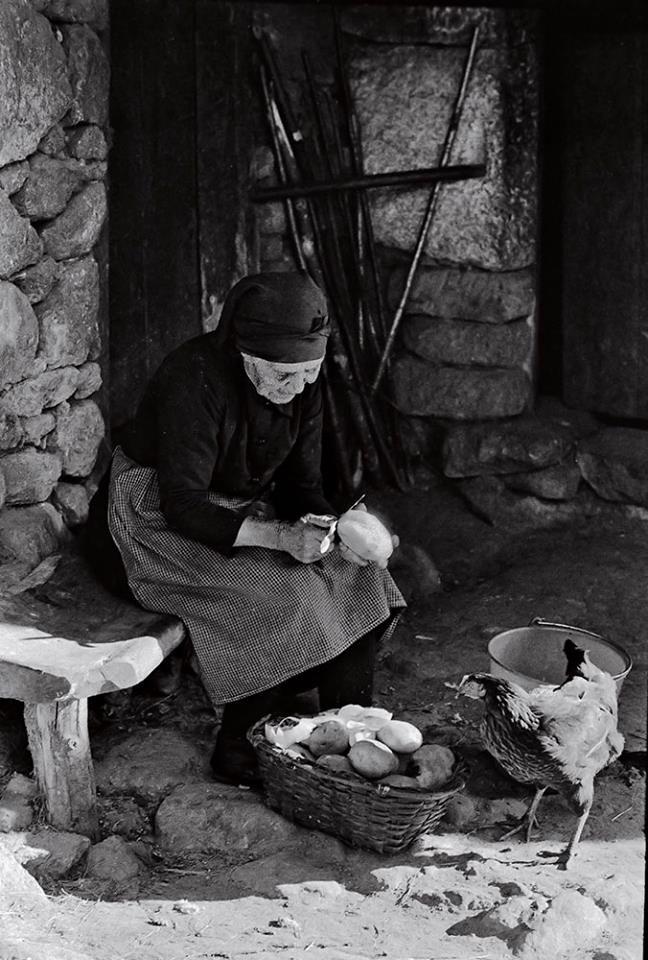 Ancares, Lugo. Ano 1970. Fotografía de Carlos Valcárcel. Ollar Galicia. Fotografía antigua de Galicia.