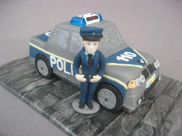 Eine Polizeiauto-Torte zur Einschulung meines Sohnes mit einer selbst modellierten Figur, die ihm ähnelt.