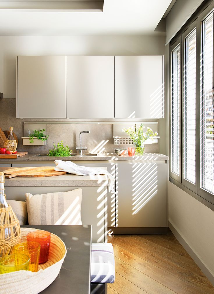 En la cocina Mobiliario de Siematic y electrodomésticos integrados de Miele y Neff. El parquet sigue la forma del piso y aquí quedó en diagonal.