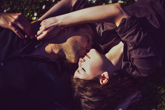 """A jegyes fotózást azért szeretik a fotósok, mert segít a párnak abban, hogy megtapasztalják milyen érzés egy, esetleg több fényképezőgéppel farkasszemet nézni. Milyen érzés """"pózolni"""", látják mit és hogyan kér majd az esküvőjük napján tőlük az esküvői fotós. Kati és András az első pillanattól kezdve mindent nagyon természetesen csinált. Az összes pillanatuk, érintésük, összenézésük harmóniáról és szerelemről árulkodott. Már csak két nap és Kati András felesége lesz. Örülök és izgatottan…"""