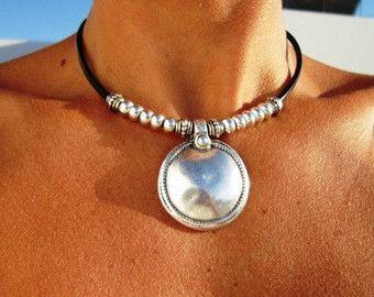 Collar de cuero con colgante de plata de Bohemia, joyería tribal boho. Una joyería de la manera diaria!!!! collares para mujeres, joyería de plata, joyería de cuero personalizados, originales diseños de kekugi. Este collar está hecho de cuero y plata perlas plateado. Todas piezas de plata son sometidas a un proceso antialérgico (níquel y sin plomo) con una galjanoplastia de plata de 8 micras de plata. HECHO POR ENCARGO! Hacer esto es 16 40cm de largo, pero todas las joyas se pueden ajustar…