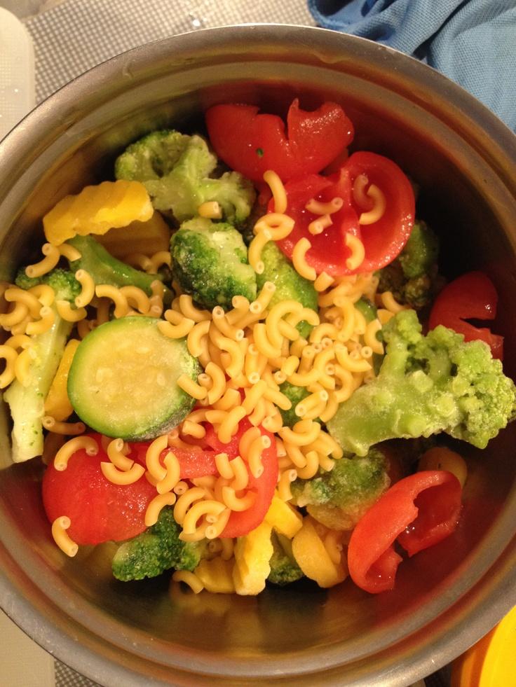 Macaroni met gemengde groenten en kipgehakt.  Vanaf 6 maanden. Voor twee porties.  2 el macaroni, 200 gram gemengde groenten (tomaat, broccoli, wortel, gele wortel, courgette en sperziebonen) en 1,5 el kipgehakt.  Bak het gehakt in een theelepel margarine. Ontvel de tomaten. Kook de groenten samen met de macaroni in 8 minuten gaar. Pureer de groenten samen met de macaroni en het gehakt tot het de gewenste structuur heeft. Verdeel in 2 porties. Bewaar 1 portie afgedekt in de koelkast, max 24…