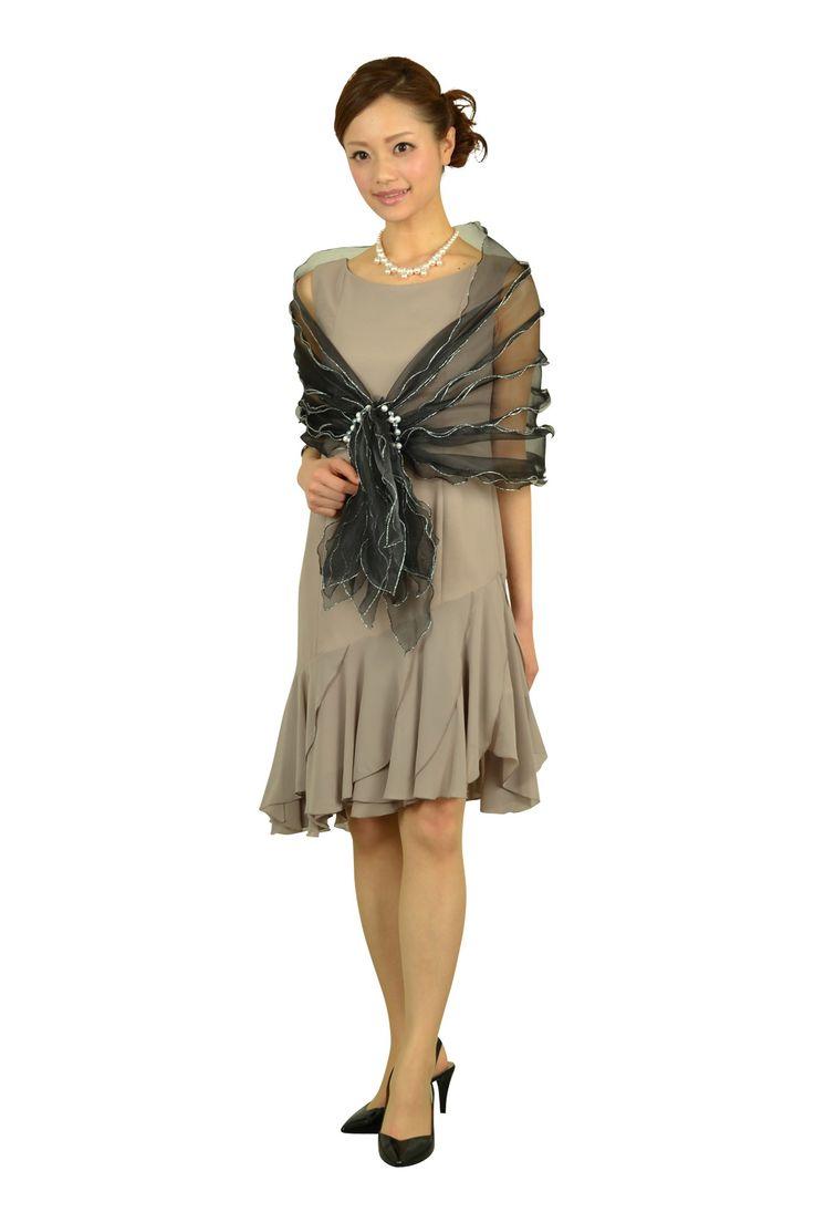 アシンメトリーシルエットのグレージュドレスのセットです。落着きのあるコーディネートだけど、華やかにコーディネートしたいという方にぴったり。ブラックショールと長めの着丈のドレスが、品のある大人の女性らしさを演出します。ショートタイプのパールネックレスをONすれば、結婚式参列にも最適。