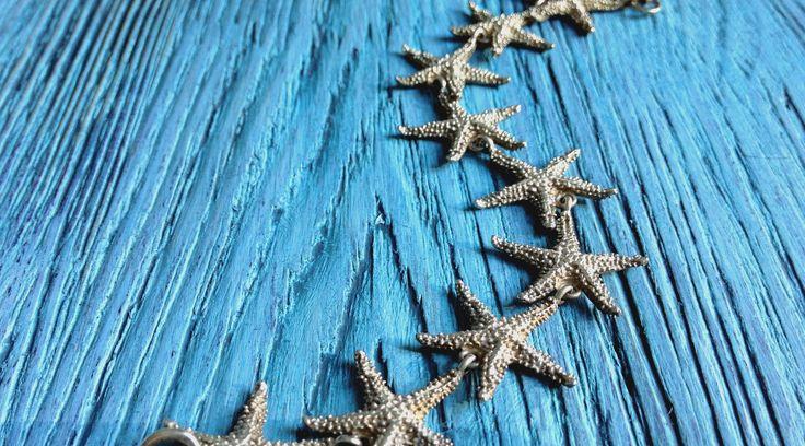 Любимый серебряный браслет на фоне бирюзового дерева  #серебро #звезда #морскаязвездочка #браслет #доска #фотофон #фотосессия #бирюза #винтаж #шебби #ювелирка #wood #woodboard #krasimdoski #мечтаюоморе #мояпрелесть #море #silver #argentum #seastar #star #starfish #vintage #сон