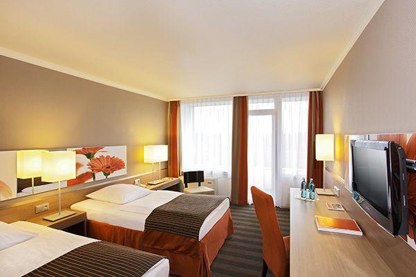 Blick in eines der Hotelzimmer / View into one of the hotel rooms | H4 Hotel Frankfurt Messe
