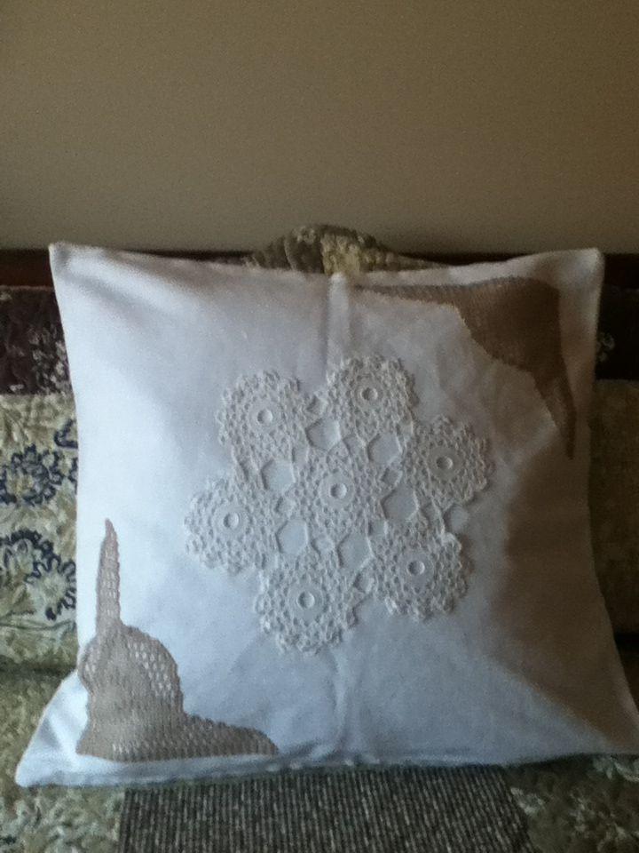 Almofada com aplicação em croche