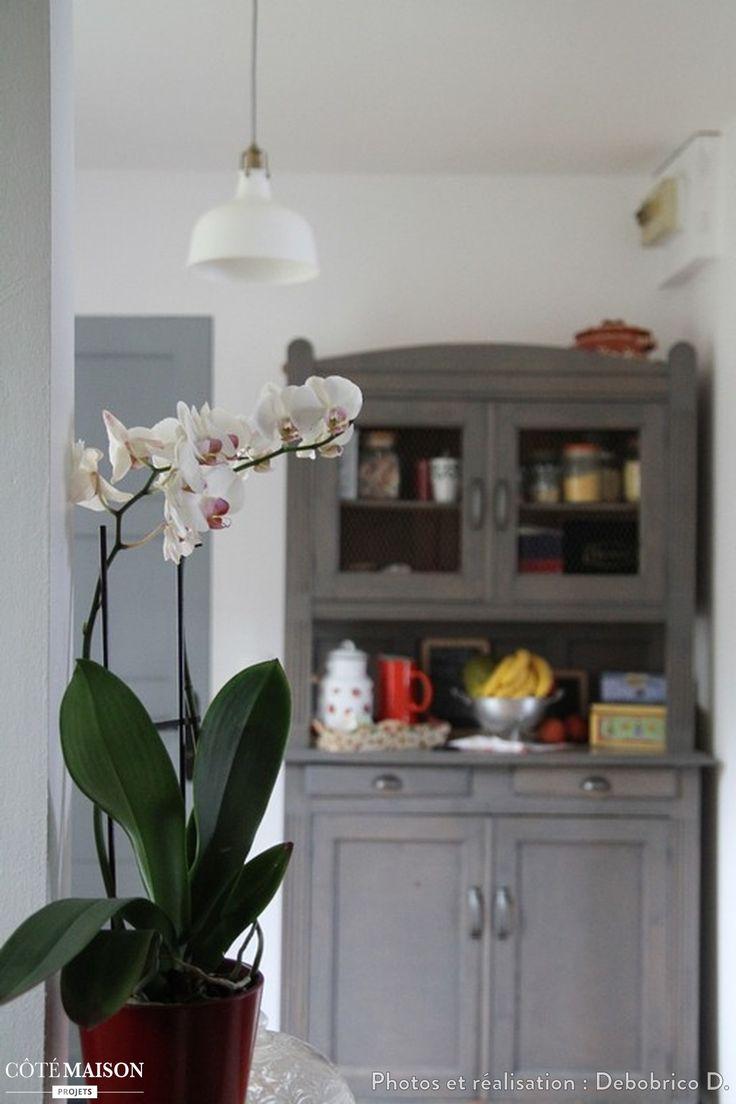 Une petite cuisine rustique avec vaisselier repeint en for Petite cuisine grise