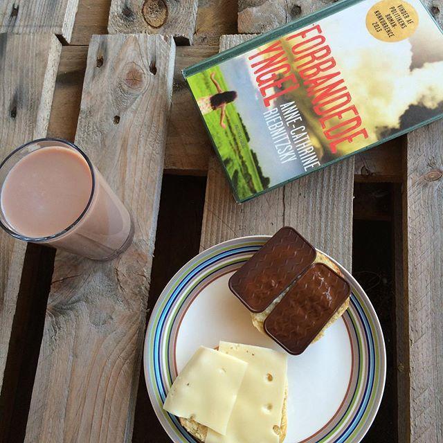 Friskbagte boller på terrassen... Og lige om lidt strik. Life on a sunday morning. Tak til @knit_aholic for bogtippet! #læsforlivet #forbandedeyngel morgenmad #hjemmebag pålægschokolade ost boller kaffe bog varm chokolade