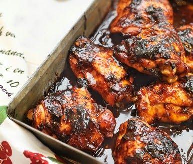 Ingredienser ca 7 färska kycklinglår 2 dl sweet chilisås 1/2 dl kinesisk soja 2 msk flytande honung 1 vitlöksklyfta (skalad och f...