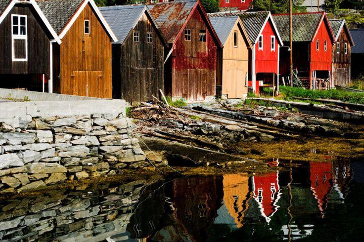 Casas norueguesas clássicas no porto de Fjora, na região de Sunnmore.