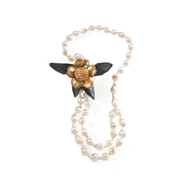 Casata York: collana doppio filo di perle barocche infilate e fregio a rosa ligneo