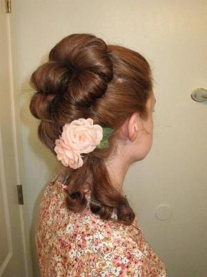 Beautiful 18th century hairstyle - tutorial on Rapunzelsresource.wordpress.com
