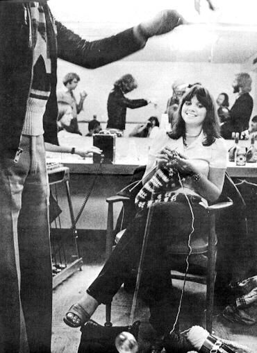 linda ronstadt knitting. photography by annie leibovitz. ca. 1975.