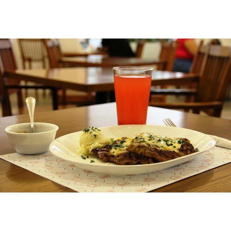#PlatillodelDía - 80 pesos.  Una deliciosa milanesa de res empanizada y gratinada sobre una base de verduras. Acompañado todo esto con un vaso de agua de frutas.  Recuerda que hoy cerramos a las 15:00 horas.