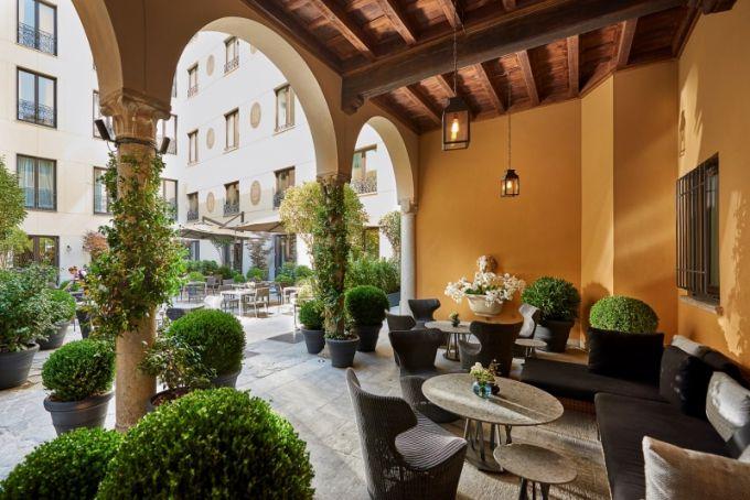 Vzdušné patio Mandarin baru je oblíbeným místem k dennímu posezení i večernímu drinku. Křesla Piccola Papillio navrhl pro B & B Naoto Fukasawa