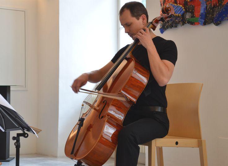 21.03.15 Kasper Singer spielt Violoncello in der Hofburg.