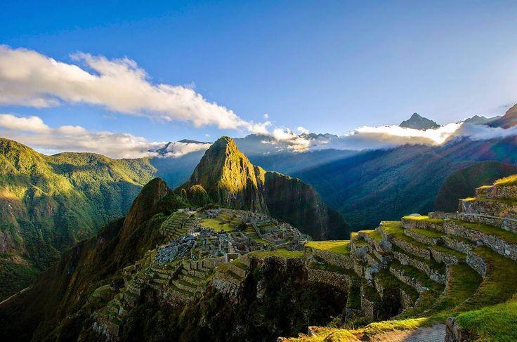 Machu Picchu (Montaña Vieja) es el nombre que se le da actualmente al poblado inca situado a 2490 metros en los andes peruanos. Construido antes del siglo XV es una obra maestra de la arquitectura y la ingeniería y es considerada patrimonio de la humanidad por la Unesco desde 1983.  Descubre viajes como este al mejor precio con #GetAway. Próximamente en App Store y Google Play  #machupicchu #peru #landscape #mountain #quechua #ancient #nature #travel #trips #adventure #like #viajes #escapada…
