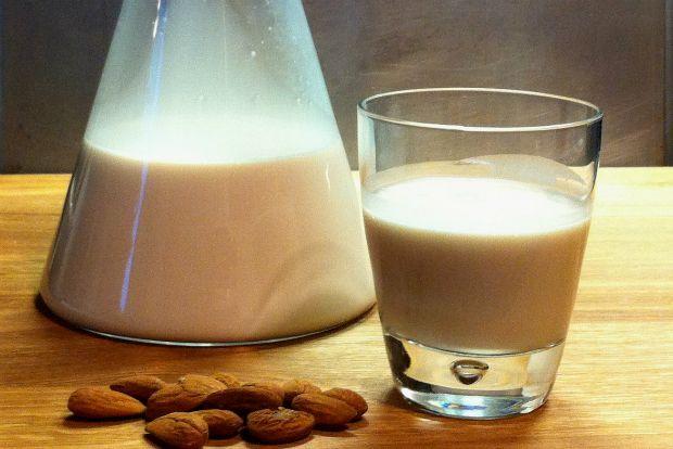 Είναι ολόλευκο, μπορείς να το πιεις στο ποτήρι, να περιχύσεις τα δημητριακά του πρωινού σου, να το χρησιμοποιήσεις για να φτιάξεις κρέμες ζαχαροπλαστικής ή μιλκσέικς και - κρατηθείτε - έχει μόλις 40 θερμίδες το κάθε φλιτζάνι. Δεν είναι ένα απλό γάλα, είναι γάλα φτιαγμένο από αμύγδαλα!