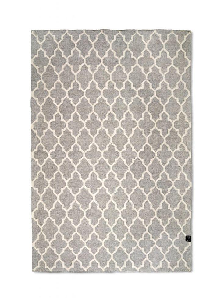 Vacker handvävd matta med geometriskt mönster som känns både klassiskt och trendigt. Finns i fyra storlekar.  Mattorna är certifierade med Care & Fair och handgjorda av professionella indiska vävare, detta gör att alla mattor är helt unika och vissa små avvikelser i mönster, färg och storlek kan förekomma.  Material: Ull/viskos  Skötselråd: Använd mattunderlägg för att minska slitage. Mattunderlägget fungerar även som halkskydd. Undvik att dra möbler fram och tillbaka över mattan. Använd…