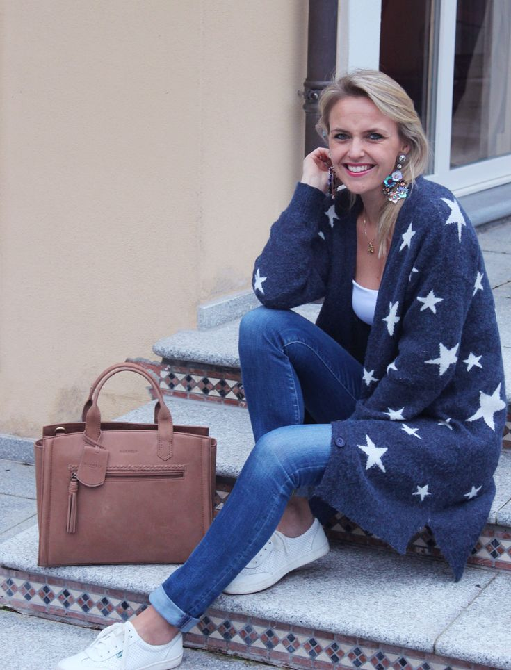 Just showing off my new trendy leather bag 💙As well as the cutest stars cardigan which is perfect for Fall 🌟 Hope you like this new outfit inspiration on http://bit.ly/2yfG86c