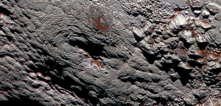2montagnes photographiées par la sonde New Horizons sur Pluton pourraient en réalité être des cryovolcans. Gros plan sur l'un d'entre eux.
