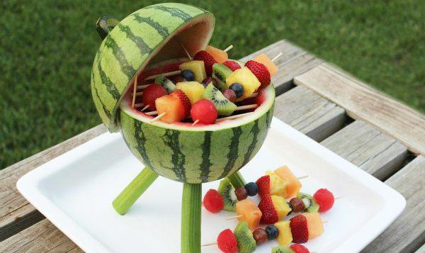 Légères, rafraîchissantes et pleines de vitamines, les brochettes de fruits frais ont la cote en été, aussi bien comme dessert après un barbecue que comme mise en bouche pour accompagner la sangria. Mais comment les présenter? Et bien, dans une pastèque transformée en barbecue miniature peut-être? Voilà à coup sûr […]