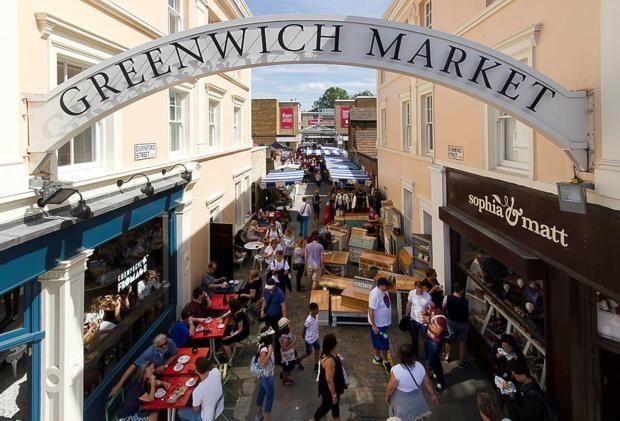 оллекционеры обязательно должны посетить и блошиный рынок в Гринвиче. Greenwich Market также относится к рынкам выходного дня. Эксклюзивные вещицы, ремесленные изделия, старые книги – все это разбросано по нескольким улочкам Гринвича, а не собрано под одной крышей, и потому требует временных затрат и немалого внимания.  Время работы Greenwich Market в четверг 7.30–17.30, а с пятницы по воскресенье 9.30– 17.30. Ближайшее метро – Greenwich Station.