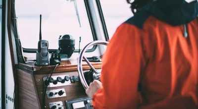 La comunicazione in regata è necessaria La complessità della direzione di una regata richiede un protocollo di comunicazione preciso e conosciuto da tutti.  A terra e in acqua, ecco quali sono i linguaggi in una regata e come utilizzare a #regata #comunicazione #vhf #barca