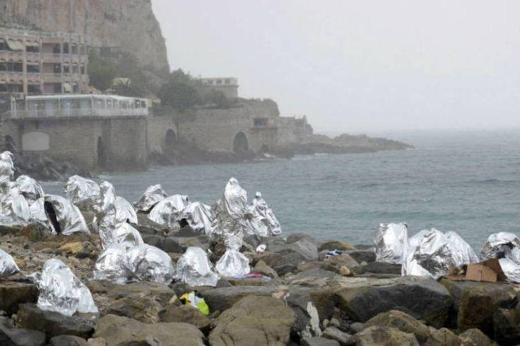 Uma crise sem precedentes. Um grupo de refugiados se protege com cobertores de emergência durante uma tempestade. Estas pessoas são de diferentes lugares, como Eritreia e Sudão, e haviam tentado atravessar da Itália para a França, mas não conseguiram.  Fotografia: Jean-Pierre Amet / Reuters.  http://exame.abril.com.br/mundo/17-fotos-emocionantes-de-refugiados-chegando-a-europa/?ocid=sp