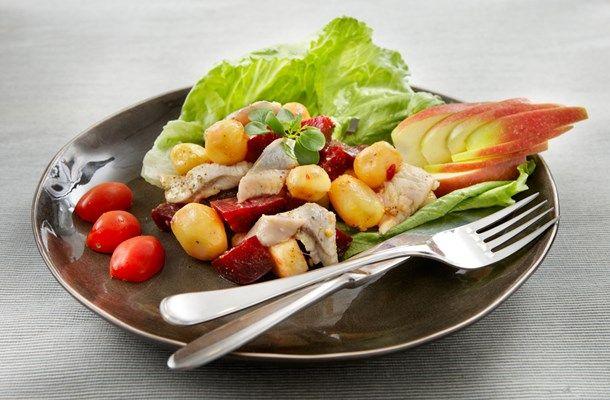 Koude wilde knoflook aardappelsalade met zure haring, rode biet en appel met Aviko Premium Wilde Knoflook gemarineerde aardappeltjes. #aardappeltjes #recepten #inspiratie