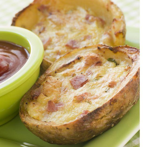 Πατάτες γεμιστές με τσένταρ, λουκάνικο και σύγκλινο