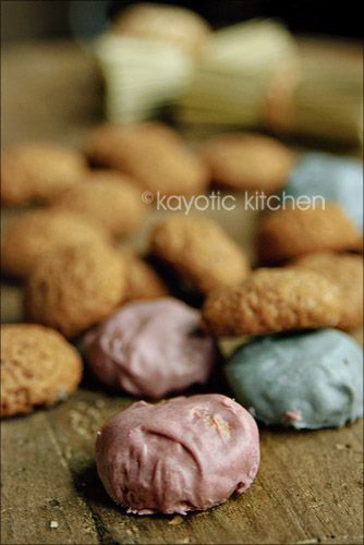 Now these are kruidnoten. Don't ask me to literally translate that because, well, for the life of me I couldn't. It would sound kinda strange.Kruidnootjes aretiny (gingerbread) cookie…