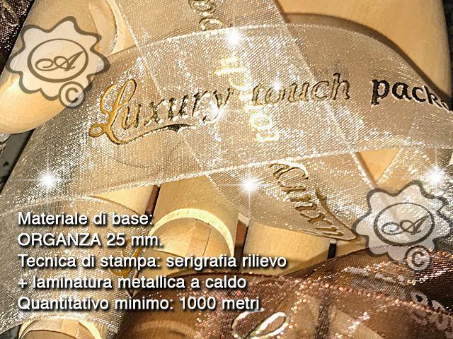 Nastro in organza personalizzato con tecniche speciali di stampa, grafia in rilievo laminato in oro