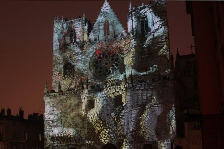 Lyon - Fête des lumières 2016 :  Terrain de jeu particulièrement apprécié des artistes, la façade de la Cathédrale Saint-Jean fait l'objet cette année d'un jeu de construction et de déconstruction conçu par Yann Nguema, membre du groupe EZ3kiel et artiste naviguant entre musique et arts visuels. ©  Jennifer Durand