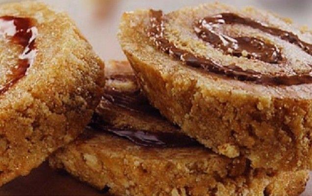 Ρολό πτι μπερ-μερέντας με 3 υλικά  Υλικά συνταγής  1 πακέτο μπισκότα πτι μπερ Παπαδοπούλου  225 γρ. γλυκόζη  225 γρ. πραλίνα σοκολάτας (μερέντα, νουτέλα κ.λπ.)    Εκτέλεση συνταγής    Θρυμματίζουμε τα μπισκότα με έναν πλάστη. Ζεσταίνουμε τη γλυκόζη σε ένα κατσαρολάκι και ανακατεύουμε μέσα