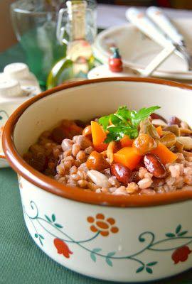 zuppa di fagioli e farro con zucca, funghi porcini e olio tartufato