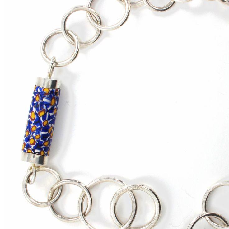 Jean Grisoni - une chaîne en argent aux maillons faits à la main, agrémentée d'une murine (perle de verre de Murano) du 18ème siècle.