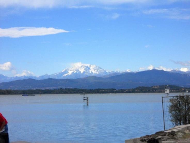 Le montagne di Varese assistono con noi alle prove degli Europei di Canottaggio 2012. E per dimostrarci la loro maestosità, si accendono di luce.