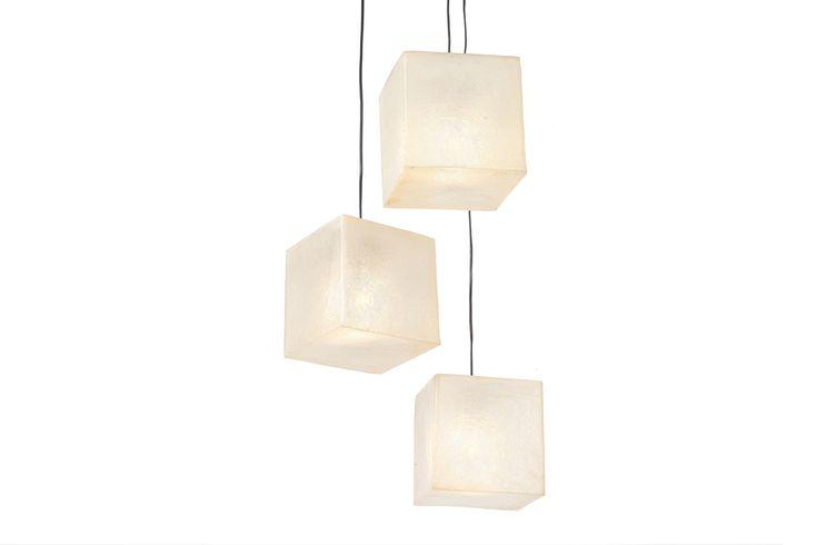 Χειροποίητο φωτιστικό από fiberglass, σε σχήμα κύβου. Μπορεί να χρησιμοποιηθεί ως φωτιστικό τραπεζιού ή οροφής.  Διαστάσεις: 20 x 20cm Xρώμα: Natural White/Φυσικό λευκό  Ως κρεμαστό φωτιστικό, δίνει φως και άποψη στο χώρο. Ως επιτραπέζιο φωτιστικό, μπορεί να τοποθετηθεί σε όλους τους χώρους (ακόμα και σε εξωτερικό), σε ράφι ή στο πάτωμα, ενώ μπορεί να χρησιμοποιηθεί και σαν night light σε παιδικό δωμάτιο.  Στις φωτογραφίες βλέπετε απόδοση φωτεινότητας των 25W, αντί για τη μέγιστη απόδοση…